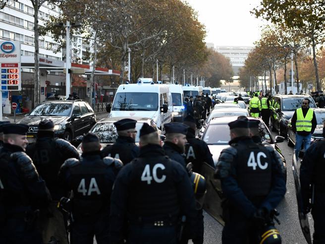 240mila gilet gialli fermano la Francia: scontri al Monte Bi