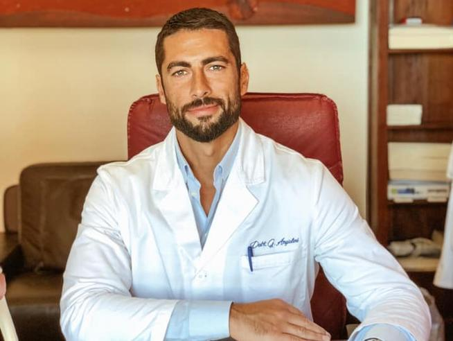 Il medico più bello d'Italia è lui, eletto a furor di social Foto|Video