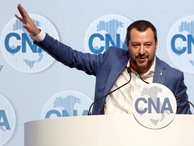 Salvini a Di Battista: «Mi redarguisce dalle spiagge del Gua