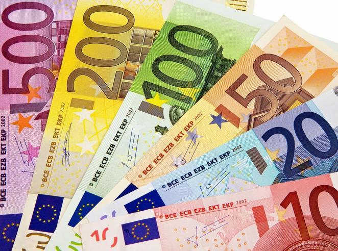 Risparmi, ora gli italiani non investono più: tornano i soldi sotto il materasso
