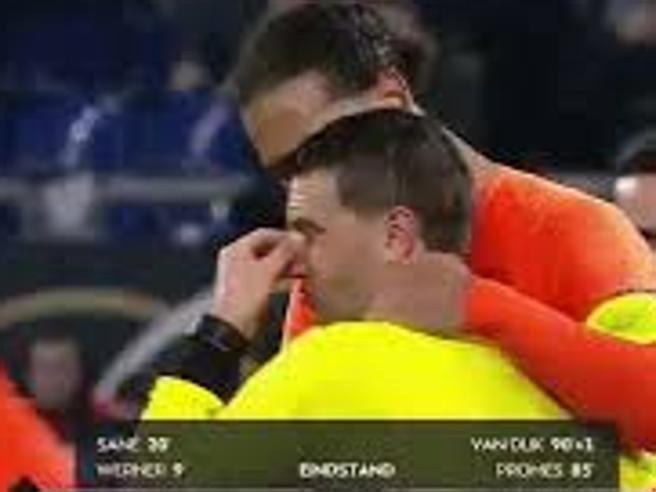 Germania-Olanda: l'arbitro Hategan piange, Van Dijk lo consola