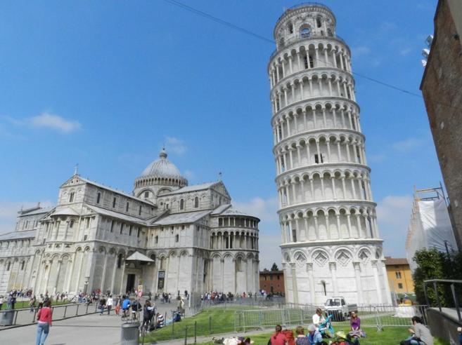 La Torre raddrizzata: in 17 anni recupera 4 centimetri e va avanti