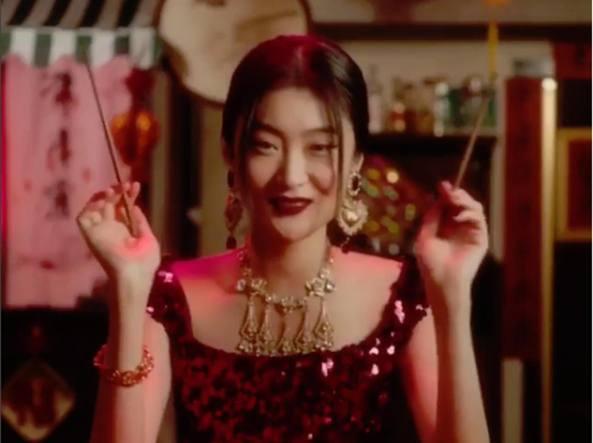 Lo screenshot di un video in cui una modella cinese che cerca di mangiare  la pizza 946b79f07c5