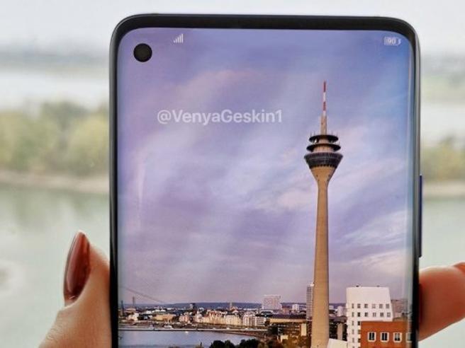 Samsung e l'S10 del decennio Connettività 5G e sei fotocamere
