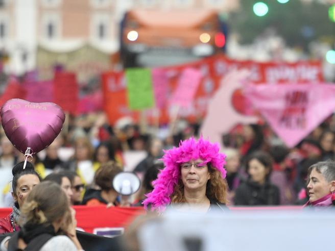 Giornata contro la Violenza sulle donne - la manifestazione a Roma e il  segno rosso sulla 27f43a73ee59