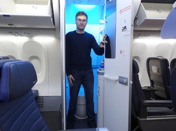 I Bagni Degli Uomini Veri : I bagni degli aerei ristretti del 30% per far spazio a più sedili