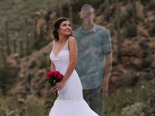 Il fidanzato muore in un incidente: nel giorno delle nozze lei posa con l'ologramma
