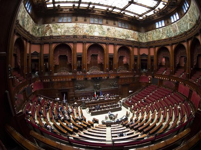 Dl sicurezza, governo pone la fiducia anche alla Camera: applauso Lega-M5S