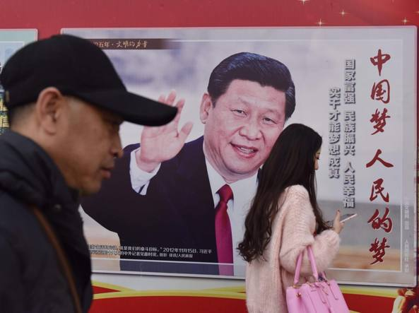 Il presidente cinese Xi Jinping in un manifesto affisso a Pechino (Afp)