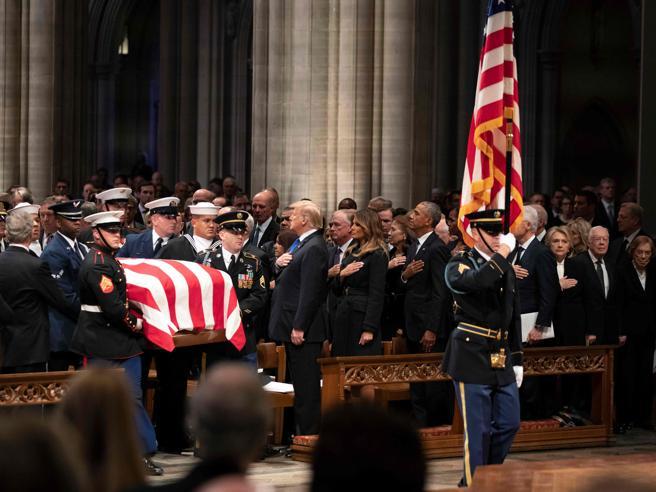 I funerali di George H. W. Bush. Obama, Clinton, Carter e Bush junior: gli ex presidenti Usa in prima fila con Trump
