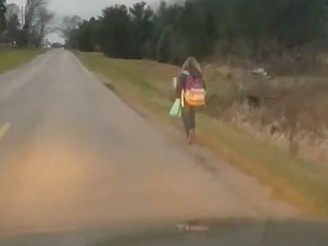 A piedi per 8 km al freddo: la punizione per la figlia bulla fa discutere Il video girato dal padre