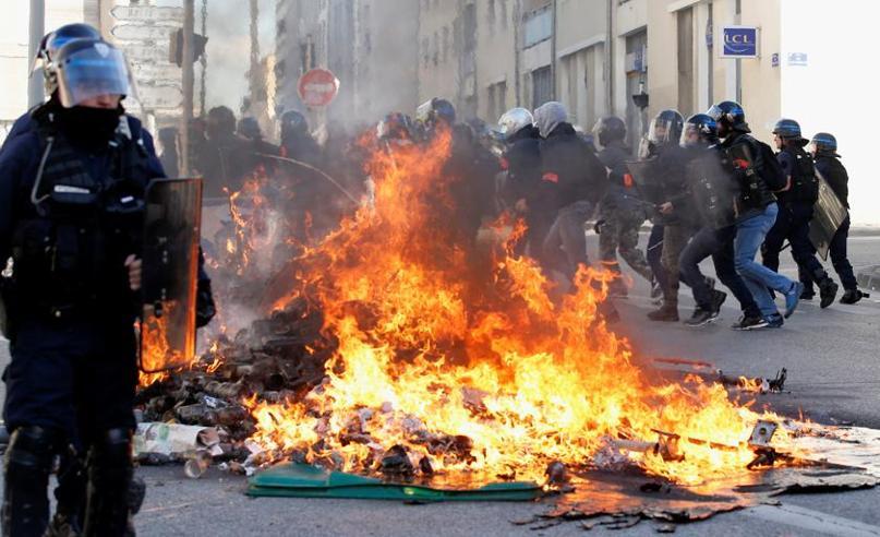 Francia a ferro e fuoco, gli studenti si uniscono ai gilet gialli Violenti scontri a Marsiglia: foto