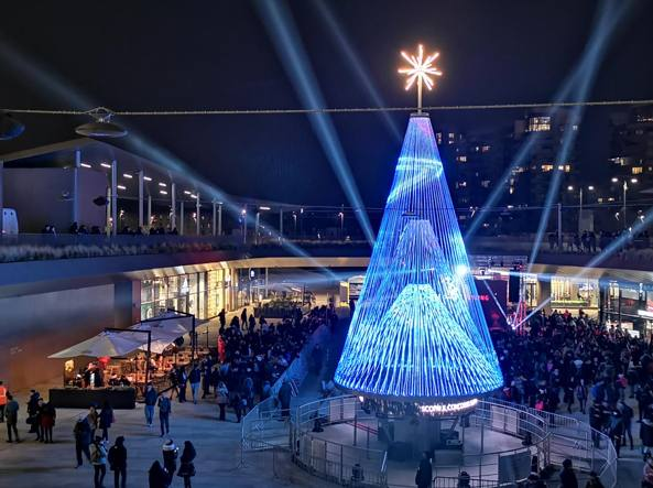 Albero Di Natale Milano.Milano Huawei Accende L Albero Di Natale Che Si Illumina Con I