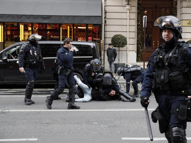 Gilet gialli a Parigi, primi lacrimogeni sugli Champs-Elysées