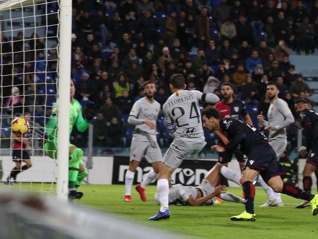 Cagliari-Roma 2-2, suicidio giallorosso al 95', pari di Sau con i sardi in 9 uomini