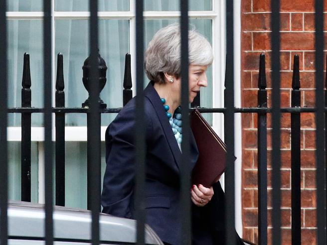 Brexit, May fa marcia indietro: «Chiedo all'Ue negoziati d'e