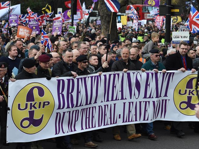 Brexit, May fa marcia indietro: rinviato il voto della Camera