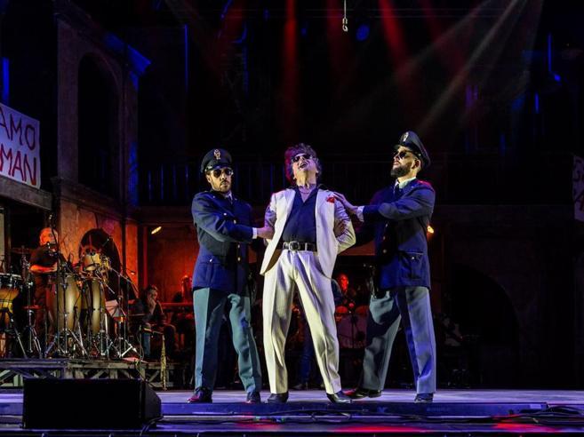 Pino Daniele, il musical tra blues e camorra che ci ricorda la nostra antica condizione di migranti