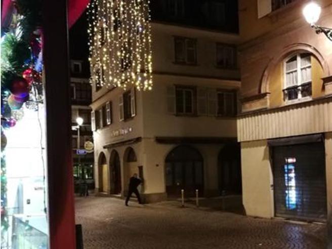 Strasburgo, spari al mercatino di Natale. «Due morti e 11 fe