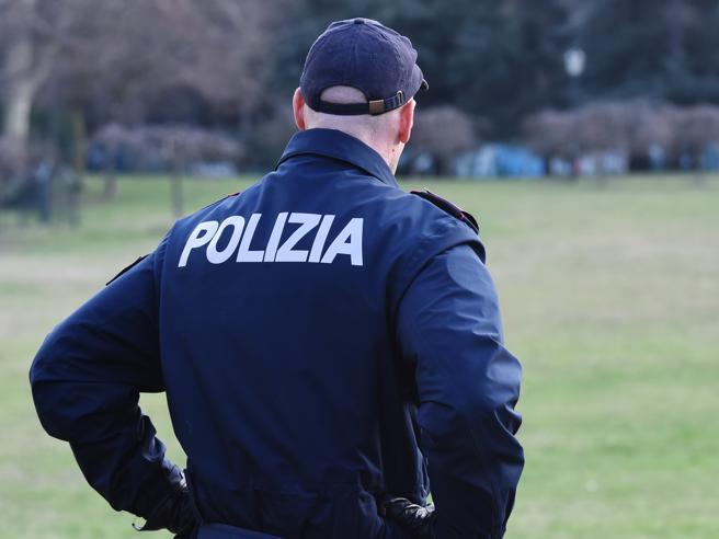 «Atti osceni al parco», ma il legale faceva pipì: i poliziotti rischiano per falso e calunnia