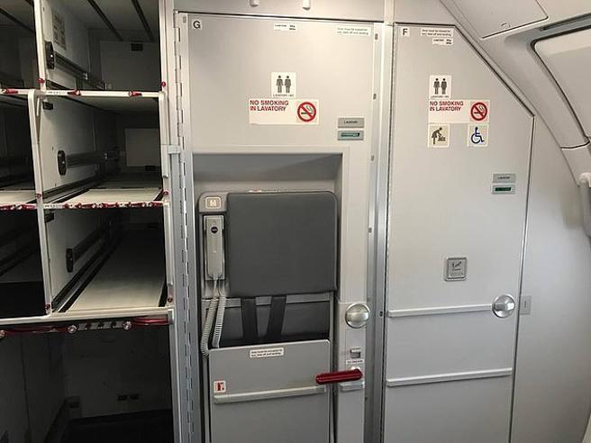 Nelle nuove toilette  della British Airways si rischia la vita: «Passeggeri imprigionati»