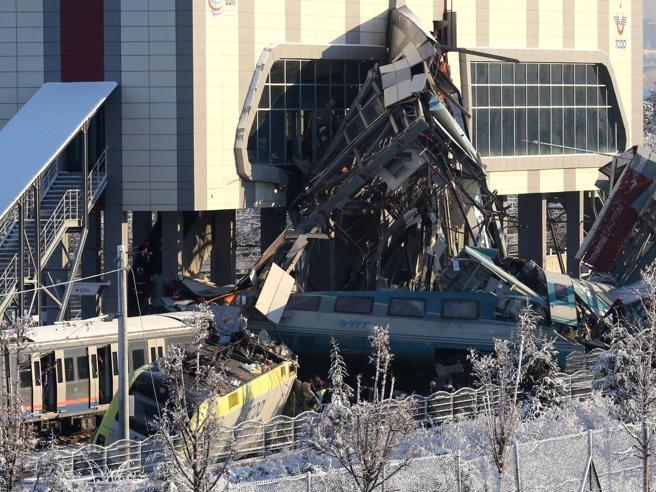 Turchia, treno contro cavalcavia ad Ankara: 7 morti, 46 feriti video