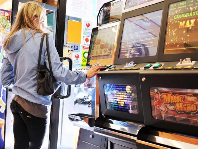 Ragazzina di 12 anni giocava alle slot: maxi multa e locale chiuso