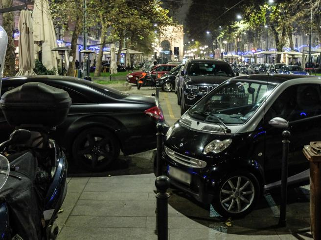 Milano, di notte tutti in doppia fila dall'Arco alla Darsena Foto