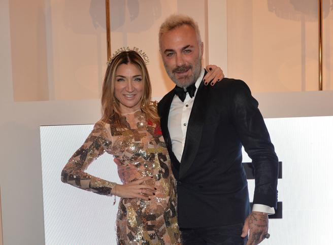 Leotta, Vacchi e Corona a Milano: tutti alla festa di Natale dallo stile Hollywood
