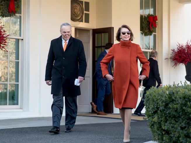 Nancy Pelosi e il cappotto del 2013. Quando riciclare l'abito è un'arma di comunicazione