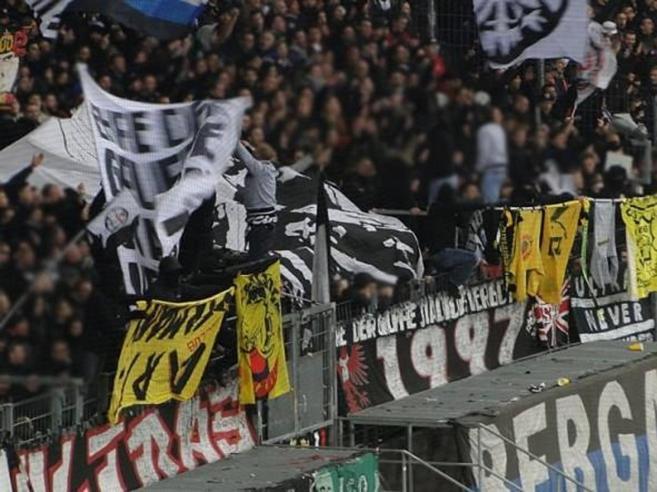 Lazio-Eintracht, a Roma 10 mila ultrà tedeschi: città blindata, pestati due tifosi