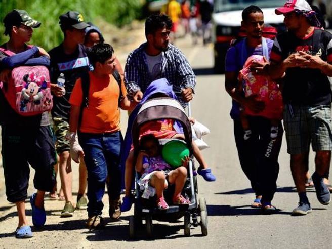 Carovana di migranti: bimba di 7 anni muore disidratataIl lungo viaggio verso gli Usa