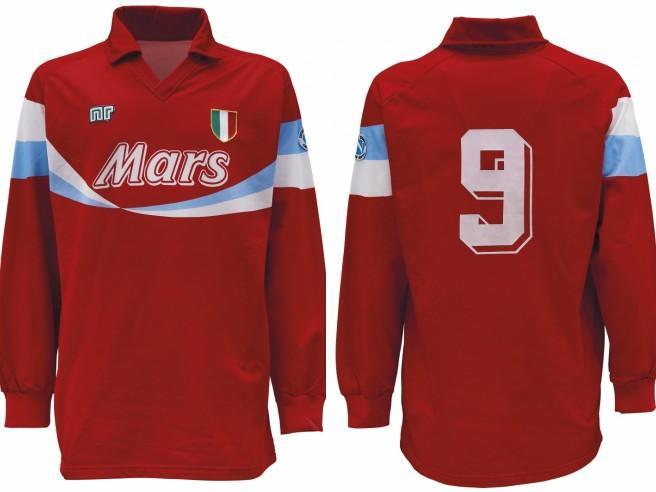 Maradona campione dell'asta di memorabilia: 15.000 euro per la rara maglia col numero 9