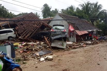 Indonesia, erutta il vulcano Krakatoa e provoca uno tsunami: morti e feriti