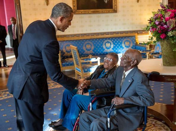 Barack Obama  mentre stringe la mano (alla Casa Bianca nel 2013)  a Richard Overton
