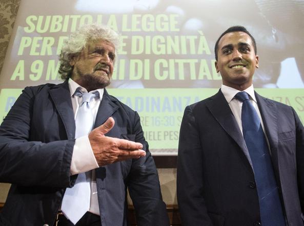 Beppe Grillo con Luigi Di Maio durante la conferenza stampa al Senato sul reddito di cittadinanza a Roma il 9settembre 2015 (Ansa)