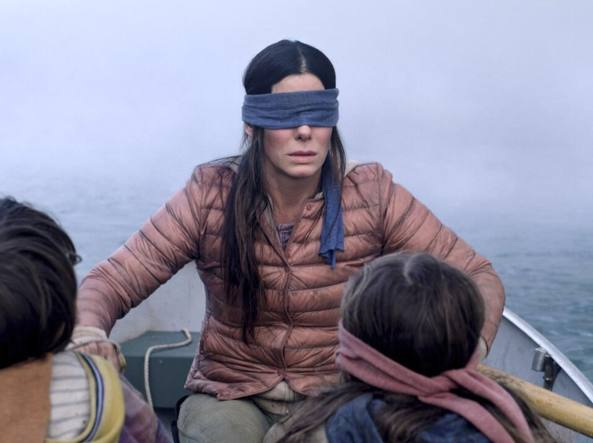 Sandra Bullock bendata in <span style='font-style:italic;'>«Bird Box»</span>, il film che sconvolge l'America