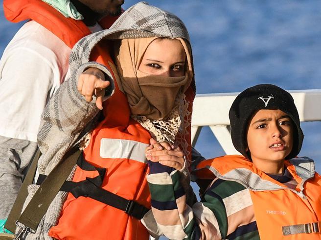 I migranti sbarcati a Malta saranno portati in otto Paesi: per l'Italia l'ipotesi di una struttura religiosa