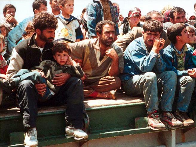 Lo sbarco di 51 curdi in Calabria, soccorsi dagli abitanti locali