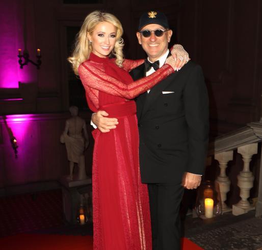 Paris Hilton in rosso, Natalia Vodianova e il cambio d'abito. Il party delle celebrities a Pitti