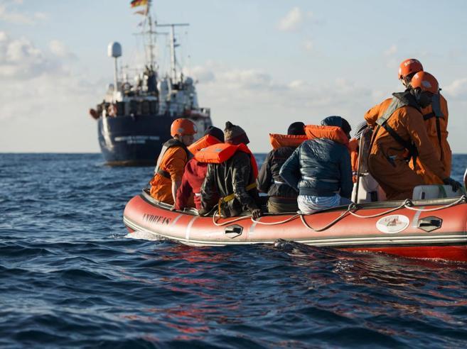 Emergenza migranti, un italiano su 2 favorevole alla chiusura dei porti