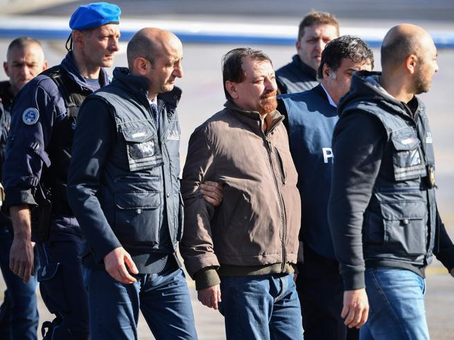 Cesare Battisti è arrivato a Roma: lo attende il carcere. In cella da solo e 6 mesi di isolamento diurno