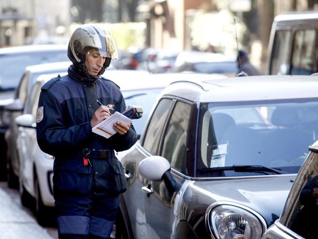 Milano,   la svolta delle strisce blu:  via i gratta e sosta,  controlli digitali