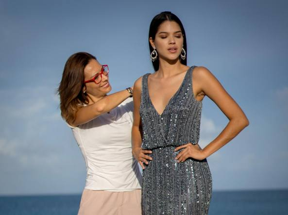 c0a57d811149 Alessandra mentre sistema il vestito di una modella ad Aruba (foto G.  Cosentino)