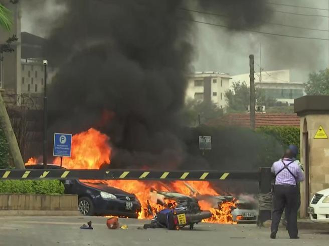 Nairobi, attentato  kamikaze all'hotel: almeno 14 morti, in corso il blitz