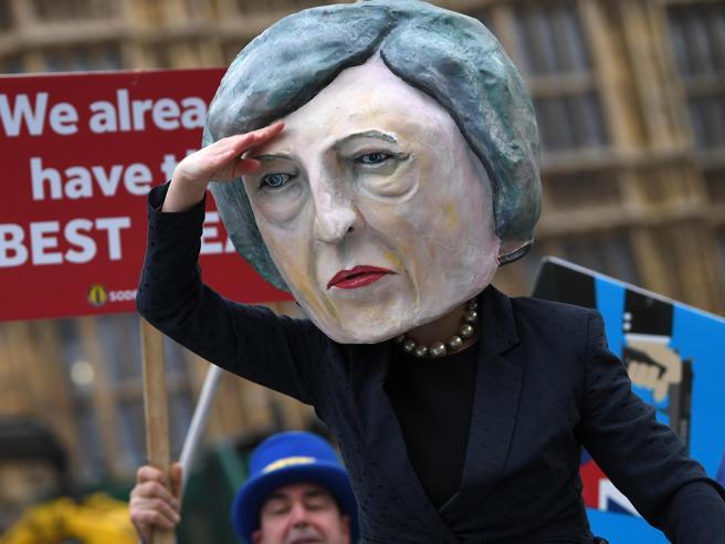 Caos Brexit, Merkel: «C'è tempo per negoziare». Ma Bruxelles