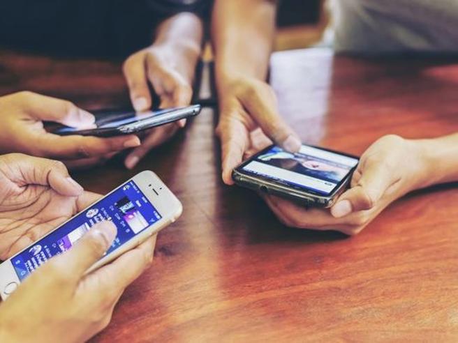 «Il cellulare fa bene ai ragazzi»: il filosofo che (forse) annuncia la nuova tendenza