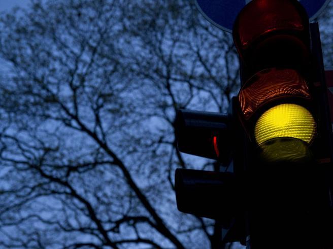 Le multe per semaforo rosso si devono pagare anche  se il giallodura pochissimo