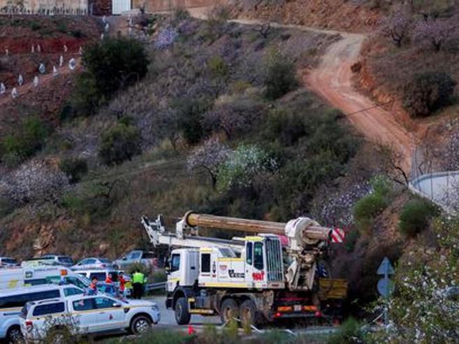 Bimbo nel pozzo, i soccorritori sono ormai  a 27 metri:«È come fosse il figlio di tutti noi»
