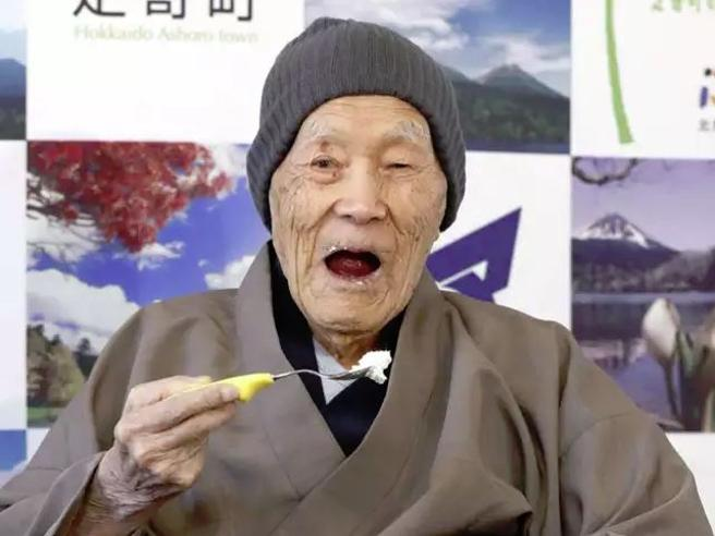 Morto nel sonno l'uomo più vecchio del mondo, aveva 113 anni